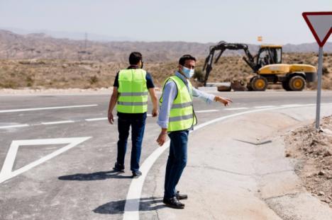 Diputación mejora la seguridad vial en los caminos a las canteras en Macael