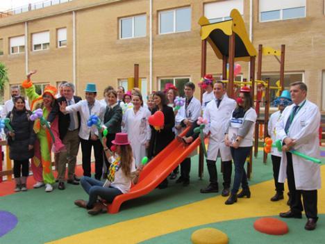 El Hospital de Poniente abre un nuevo parque infantil y mejora la atención pediátrica