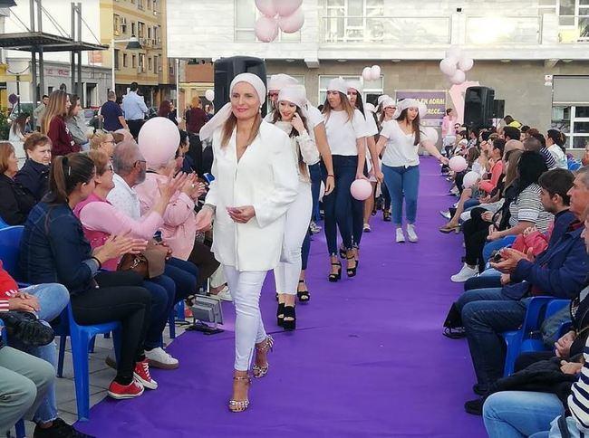 Pasarela de moda en Adra para animar el comercio local