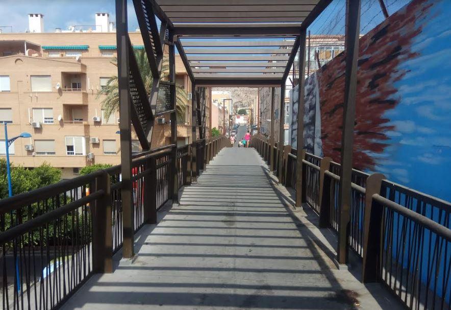La pasarela de Pescadería sin la vegetación prevista y con lamas metálicas - Noticias de Almería