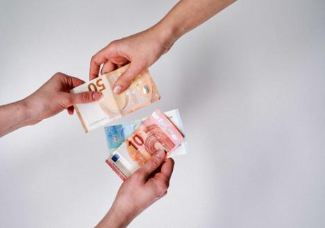 Adiós al efectivo: cuentas bancarias sin comisiones para obtener tarjetas de crédito y débito