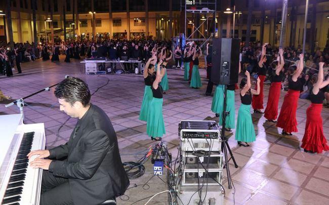 Extraordinario concierto del pianista Diego Valdivia y 80 bailarinas