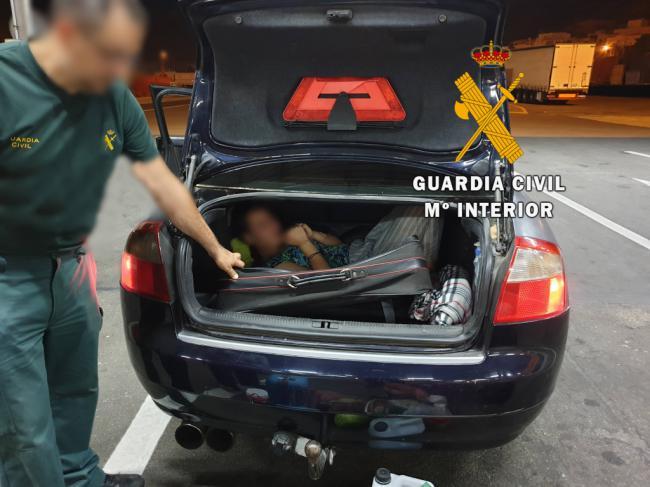 Oculta dentro de una maleta para cruzar la frontera en Almería
