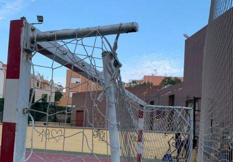El Ayuntamiento arregla la portería de la pista del barrio San Luis