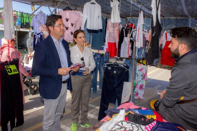El PP de El Ejido comienza la campaña informando en los mercadillos