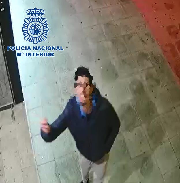Detenido el pirómano que incendió un contenedor en Almería y fue captado por una cámara