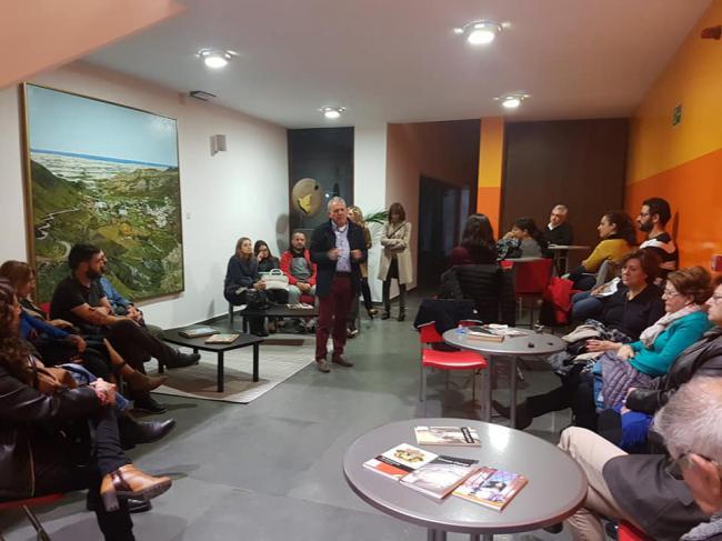 Tertulia En Inglés, Violín, Acordeón, Pastas Y Té en la presentación en Vícar de 'Palomares en los papeles secretos de EEUU'