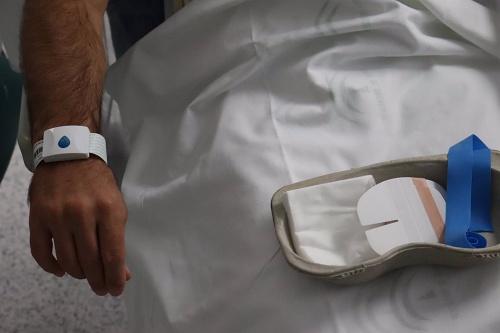 El Hospital de Poniente optimiza quirófanos con una pulsera digital