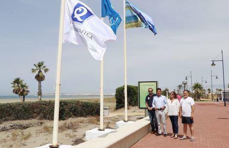 Las cuatro Banderas Azules y 'Q de calidad' ya ondean en las playas de El Ejido