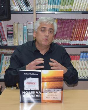Rafael M. Martos presenta el jueves 'Más allá del cementerio azul' en la Biblioteca de Roquetas