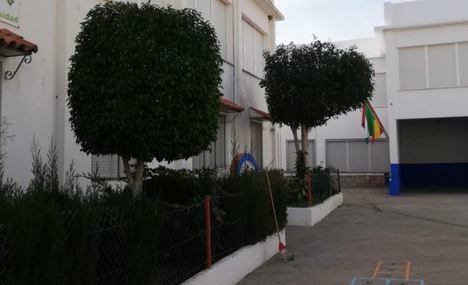Adra pone a punto en jardinería los colegios en Navidad