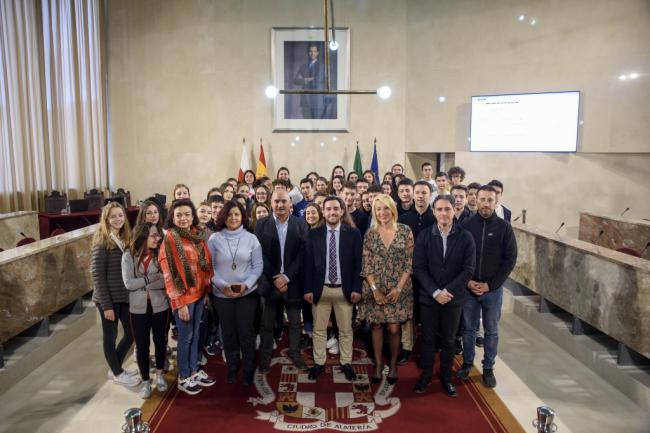 El concejal Carlos Sánchez recibe a medio centenar de alumnos franceses