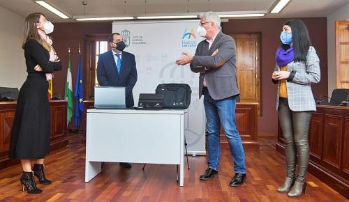 """Diputación, Fundación """"la Caixa"""" y CaixaBank reparten equipos contra la brecha digital"""