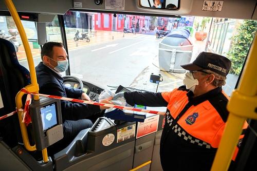 Protección Civil reparte 20.000 mascarillas entre los usuarios del bus urbano