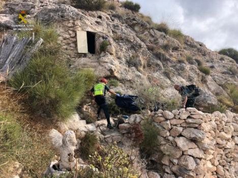 La Guardia Civil rescata el cadáver de una persona en una cueva de difícil acceso en Las Negras