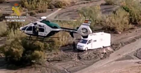 Rescate en helicóptero de una pareja de una caravana rodeada por agua en Tabernas