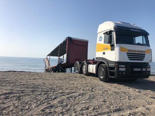 Retirado el remolque de camión abandonado en la playa de Guardias Viejas