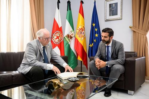 El Ayuntamiento concede el Escudo de Oro a Emilio Gómez-Lama