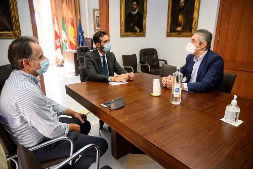 El alcalde recibe al nuevo presidente del Unicaja Voley