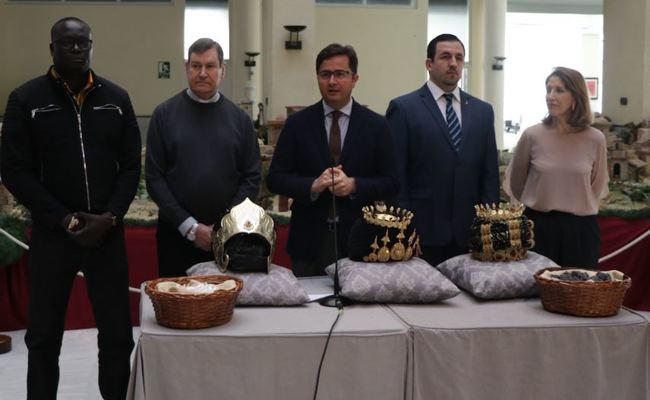 El alcalde entrega las coronas a los emisarios de los Reyes Magos en El Ejido