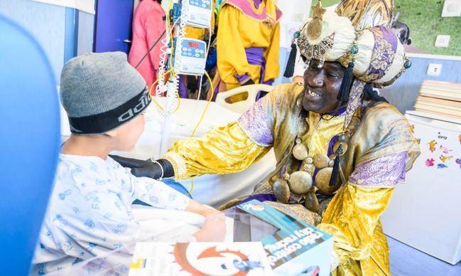Los Reyes Magos llevan alegría a los niños en el Hospital Torrecárdenas
