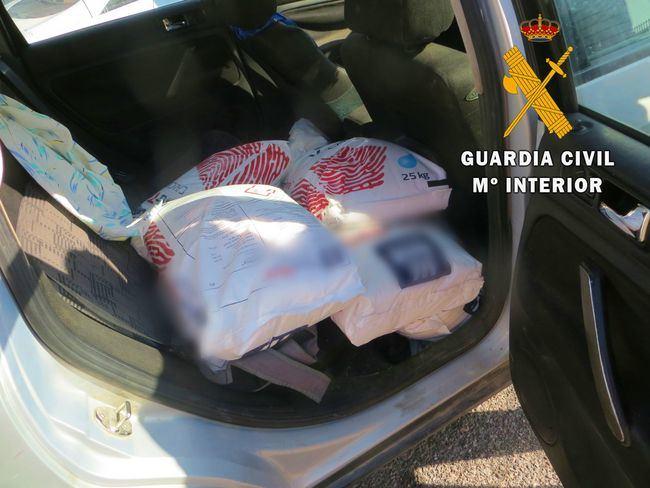 La Guardia Civil detiene a dos personas por robar sacos de guano