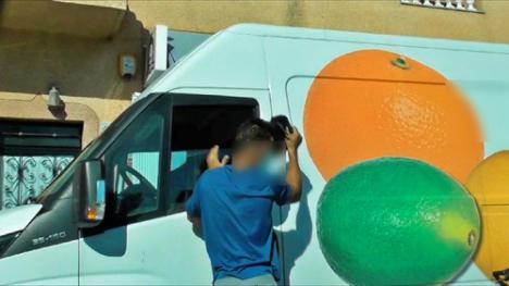 Grabado con un móvil mientras roba en el interior de una furgoneta