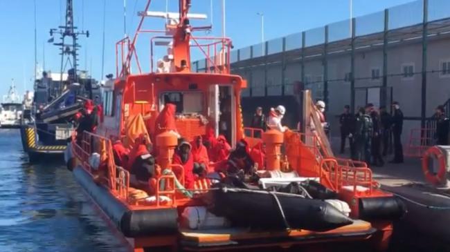 Un bebé entre las 46 personas rescatadas de una patera en el mar de Alborán