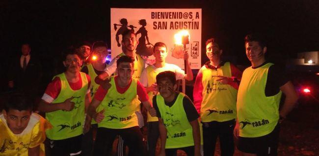 El fuego de San Antón 'enciende' la noche en San Agustín