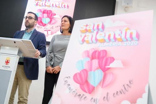 El Ayuntamiento y Almería Centro quieren enamorar con San Valentín