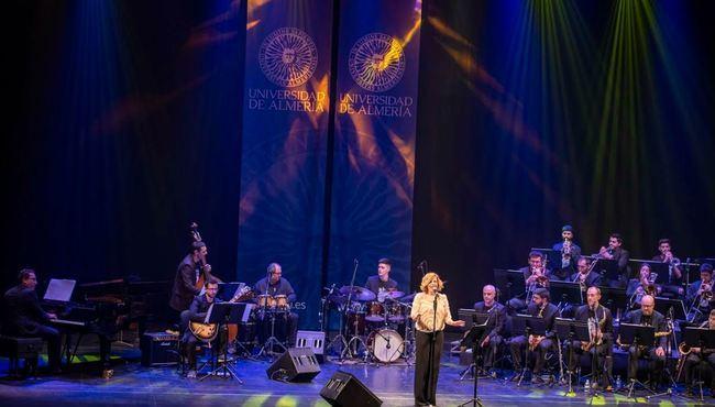 Sole Giménez y la Big Band de la Universidad llenan de soul el Maestro Padilla