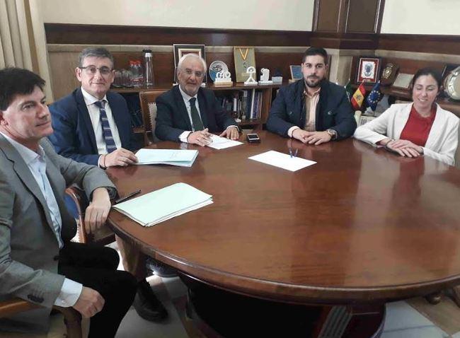El alcalde de Adra transmite al subdelegado los problemas de regresión de la costa