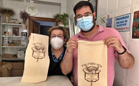 En Tabernas quieren dejar las bolsas de plástico y recuperar las talegas