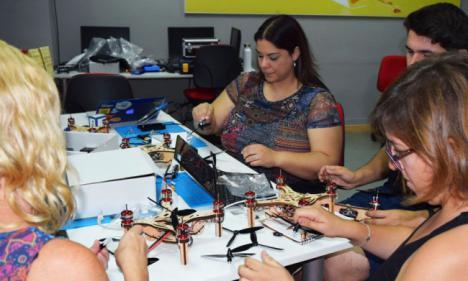 Guadalinfo equipa sus centros de Cantoria y Sierro para talleres con drones