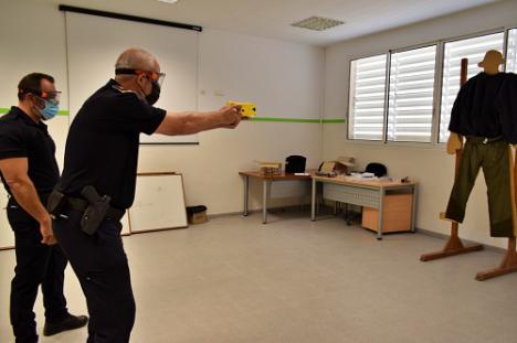 La Policía Local Recibe Instrucción Para El Manejo De Pistolas Taser