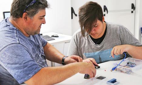 Guadalinfo enseña en Huércal-Overa y Cantoriaa construir dispositivos inteligentes de uso diario