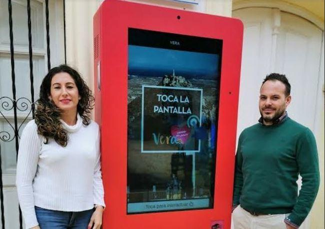 El Ayuntamiento de Vera moderniza su señalización con totems digitales