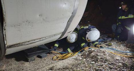 20 horas han tardado los bomberos en retirar un camión de la A-7 accidentado