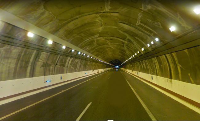 Cuatro vehículos accidentados en una colisión múltiple en el túnel de Roquetas en la A-7