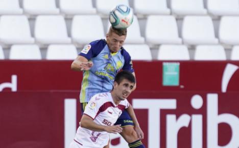 El Almería le recorta tres puntos al Real Zaragoza y dos al Cádiz