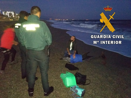 La Guardia Civil presta apoyo en el varamiento de un delfín listado a los técnicos de Equinac