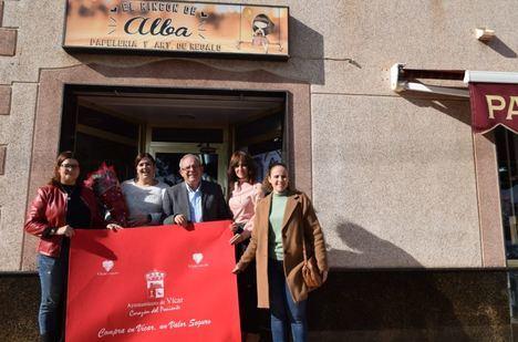 El Ayuntamiento De Vícar Reparte Alfombras Y Flores De Pascua Entre Los Comercios