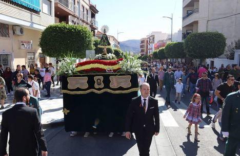 Los virgitanos arropan a la Virgen del Pilar en su primera salida procesional