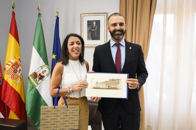 """El alcalde recibe a la presidenta del Parlamento andaluz como """"fiel colaboradora"""" de la ciudad de Almería"""