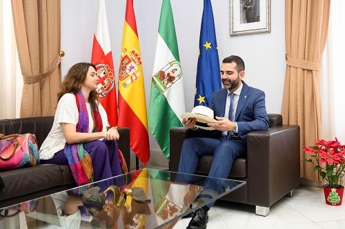 El alcalde recibe la visita de la cónsul de Ecuador