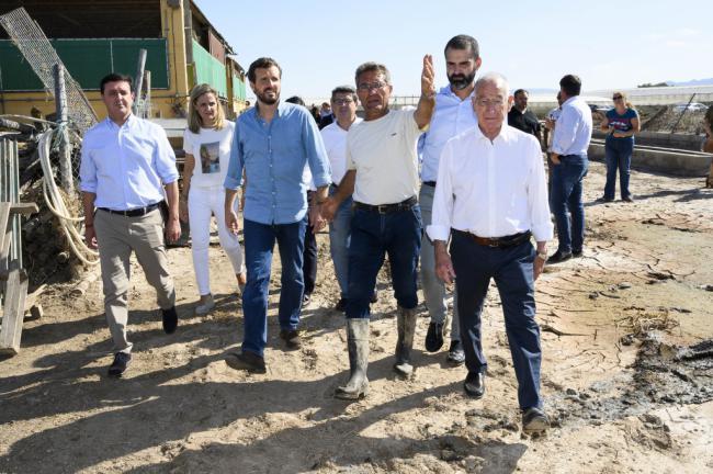 Casado pisa el barro de DANA en Almería