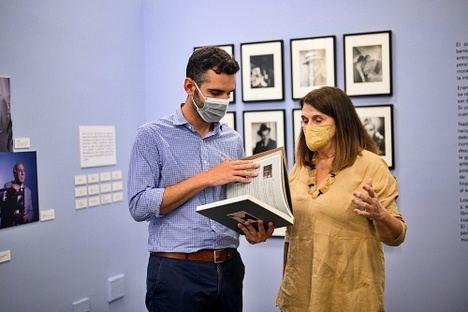 El alcalde recibe el libro sobre Manuel Falces de manos de su viuda y editora