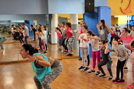 Zumba Solidaria Con Una Masterclass En La Ciudad Deportiva De Vícar