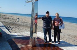 el ayuntamiento instala ocho nuevas duchas en la playa de cabo de