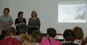 Mayores de Vícar se informan sobre la prevención del cáncer en una charla de la AECC